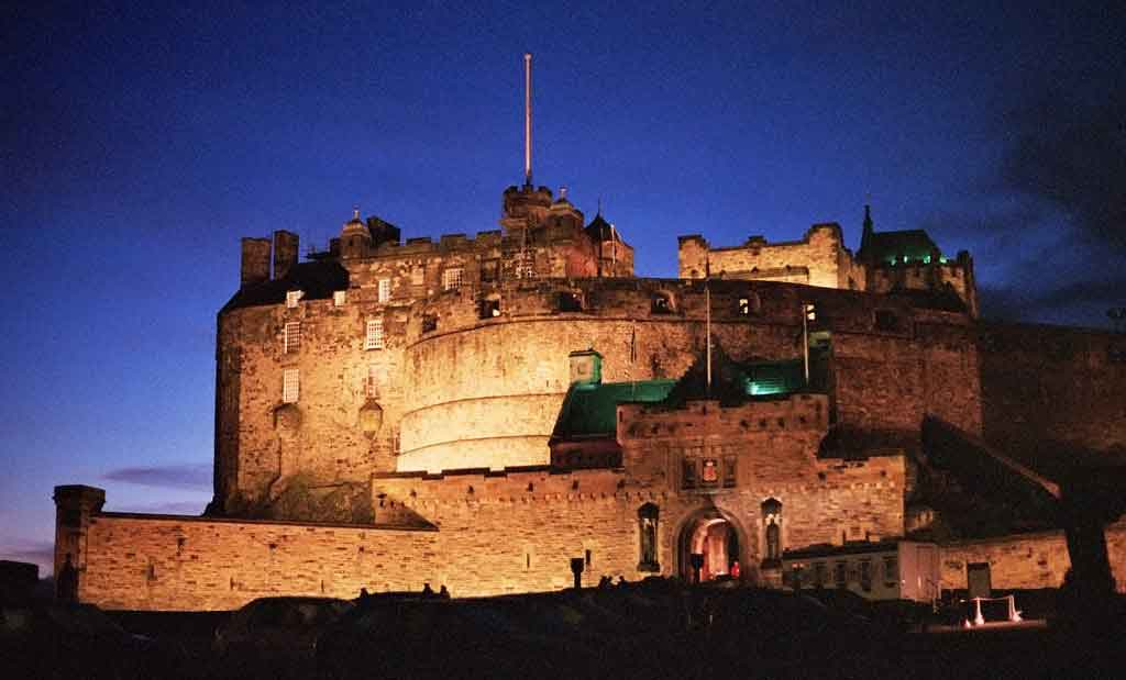 Admire the highlights of the vibrant city of Edinburgh and its iconic castle